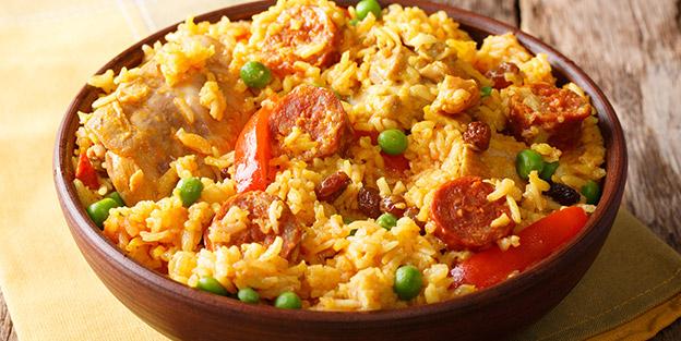 Rice with chicken, chorizo and peas